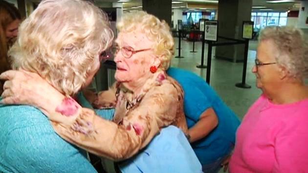 Ээж, охин хоёр 82 жилийн дараа уулзалдав