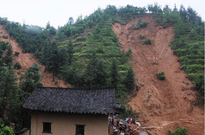 Гурван тосгон хөрсний нурангид дарагджээ