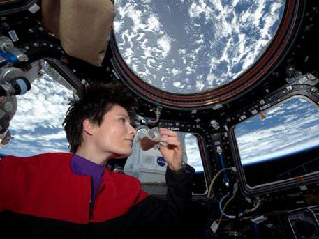 Сансарт анх удаа кофе чанаж уужээ