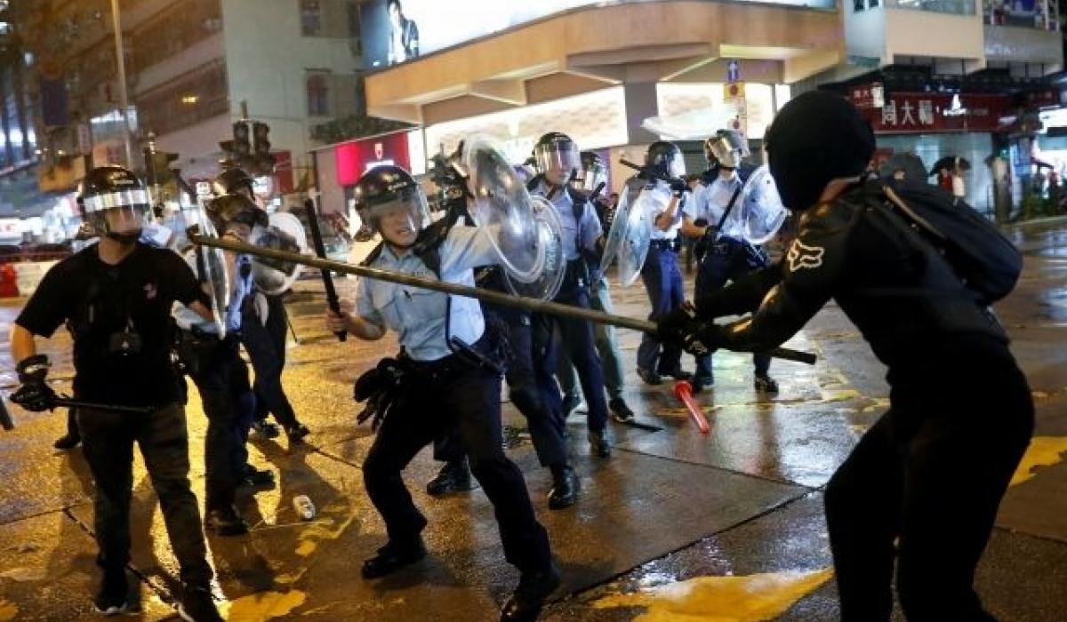 Хонконгийн цагдаа жагсагчдын эсрэг галт зэвсэг ашиглажээ