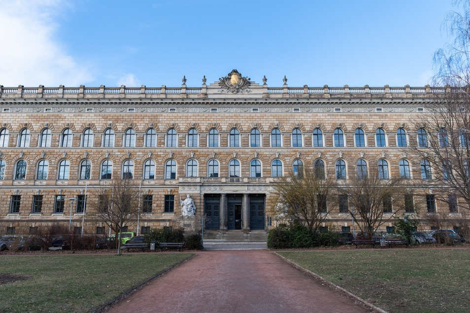 Монголын Улсын Ерөнхий консул Германы Шүүхэд очих уу?