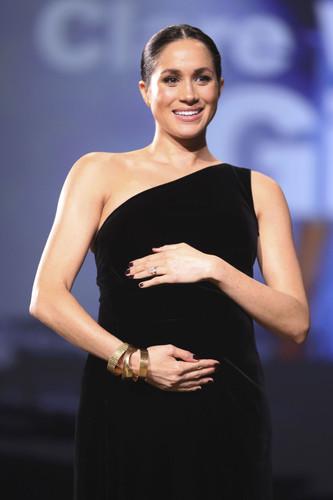 """Хөл хүнд Меган Маркл """"Fashion Awards""""-ын тайзнаа"""
