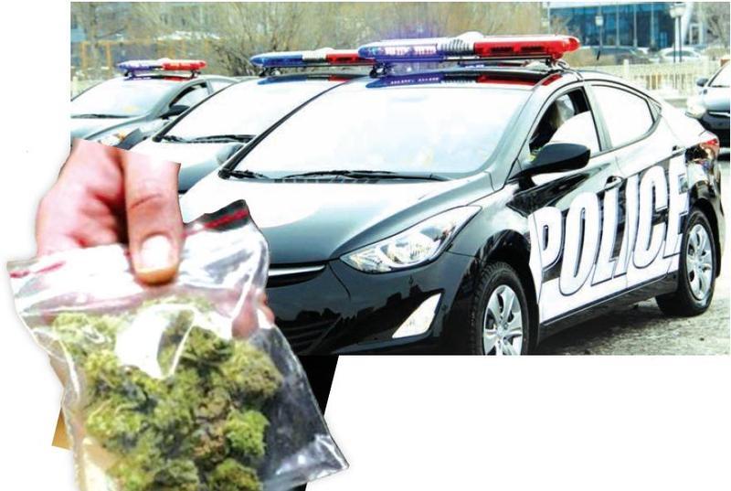 """""""Никель"""" Ганбаагийн хамсаатнууд цагдаагийн машинд эд мөрийн баримтаа асгажээ"""