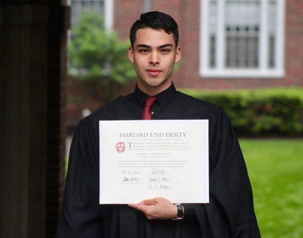 Харвардын их сургуулийг төгсөхийн тулд юу даван туулснаа хуваалцсан залуу