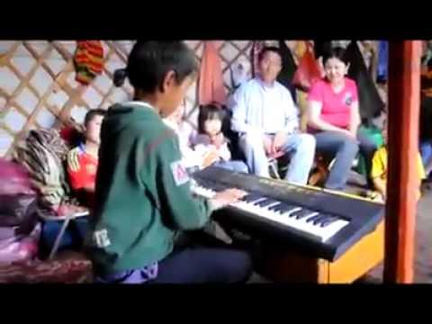 Хөдөөний хүү дэлхийн шилдэг хөгжмийг хашрааж байна /Бичлэг/