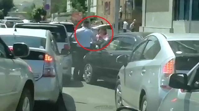 Гудамжинд төрийн цагдаа эмэгтэй хүнд гар хүрчээ