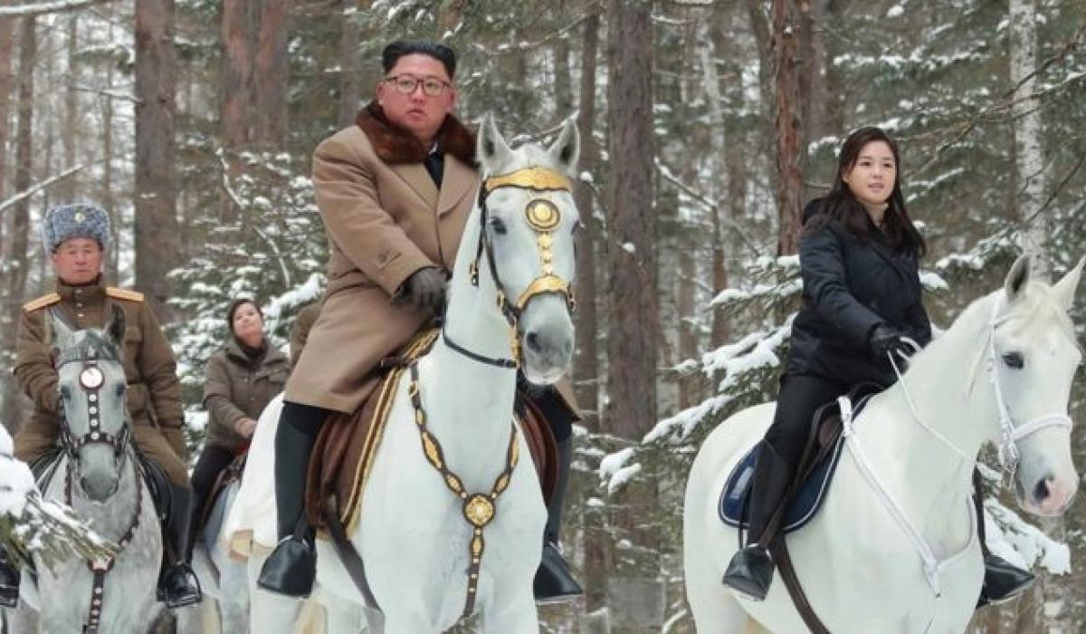 Ким Жон Ун эхнэрийн хамт цагаан морьд хөлөглөн ууланд гарчээ