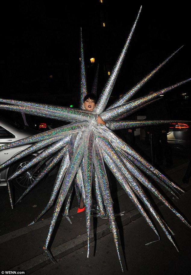 Лэди Гагагийн солиорол дэндэж, шинэ жилийн уур амьсгалыг арай эрт эхлүүллээ