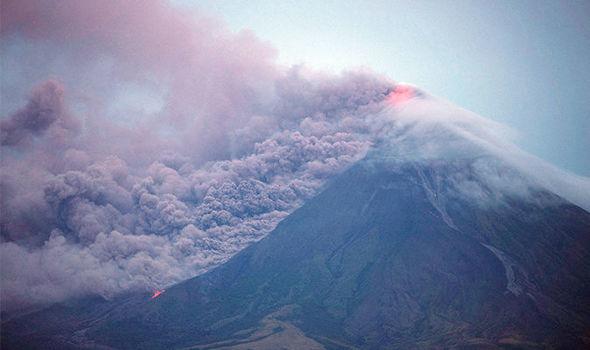 Филиппиний Маяон галт уул идэвхжиж олон мянган хүн орон гэрээсээ дайжжээ