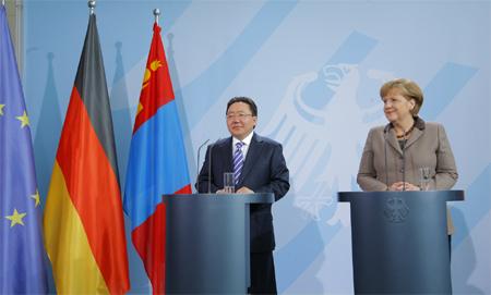 Монгол Улсын Ерөнхийлөгч Ц.Элбэгдорж, ХБНГУ-ын Холбооны Канцлер Ангела Меркел нар мэдээлэл хийв