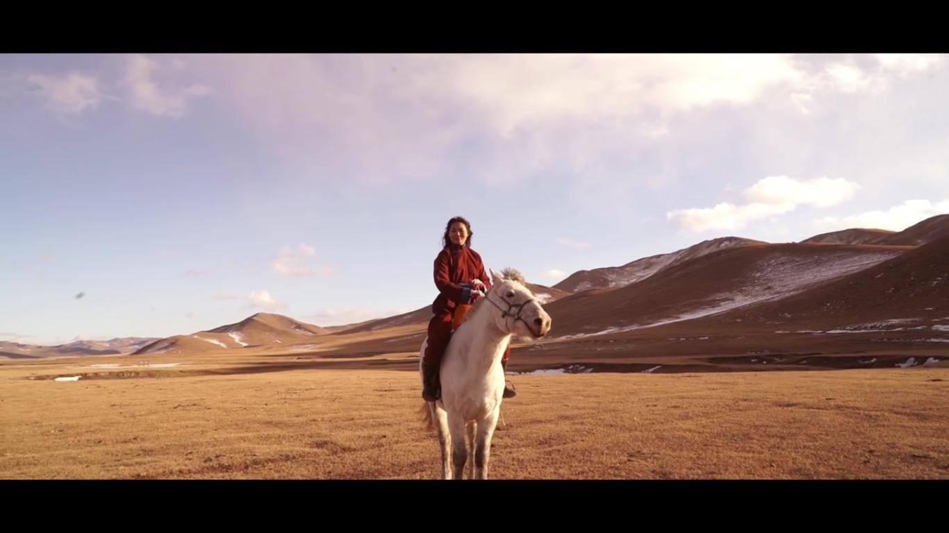 Монгол бүсгүйн тухай бичлэг анхаарал татаж байна