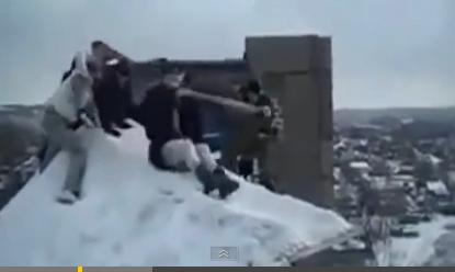 Байшин дээрээс нисэх оролдлого хийж буй бүсгүй