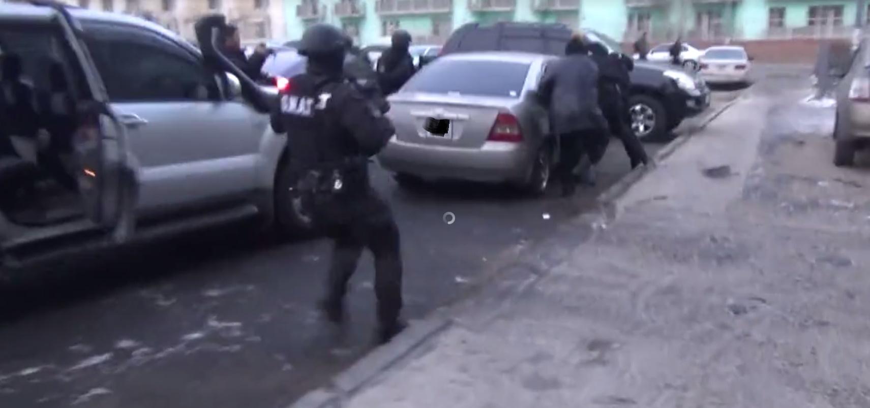 Бичлэг: Манайд хар тамхины МАФИ-ийн бүлэглэлийн зарим гишүүдийн баривчилж байгаа бичлэг цацагдлаа