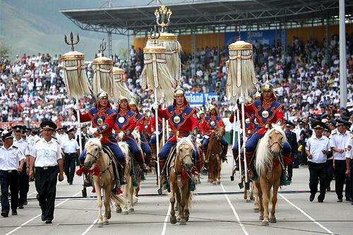 Найр наадмын хөлд чирэгдсэн Монгол