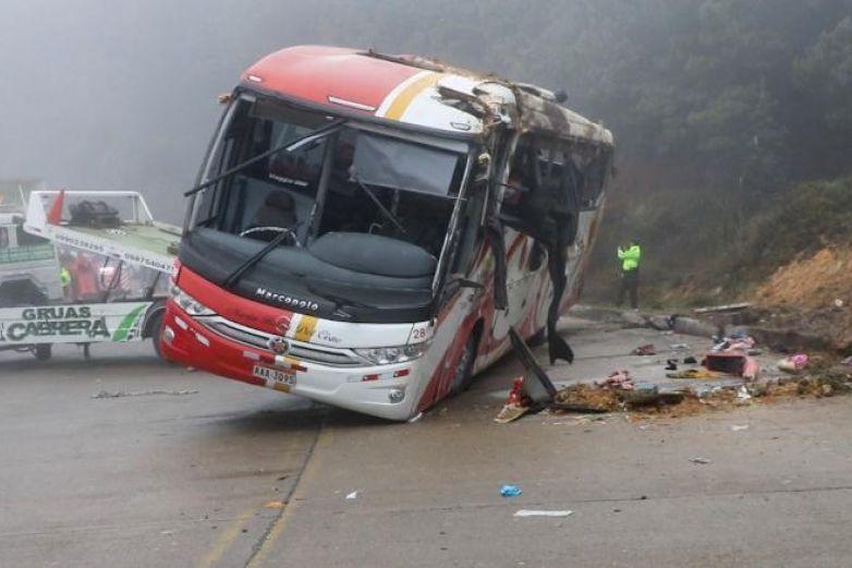 Перу: Хавцал руу автобус унасны улмаас 17 хүн амиа алджээ