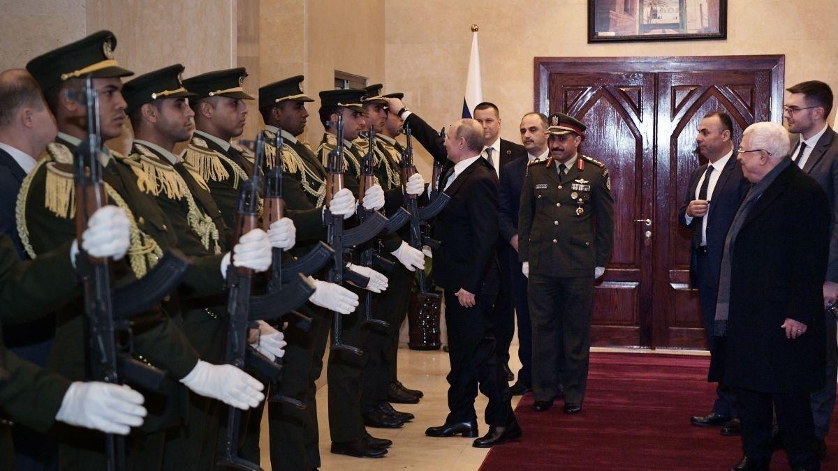 Палестиний хүндэт харуулын газарт унагасан малгайг Владимир Путин өмсгөж өгөв