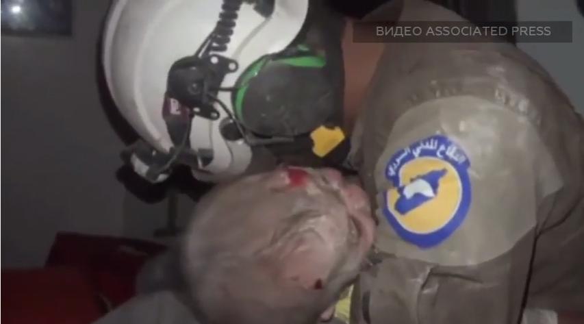 Олон хүнийг уйлуулсан бичлэг: Сирийн аврагч 1 сартай охины амийг нурангиас аварчээ /видео/
