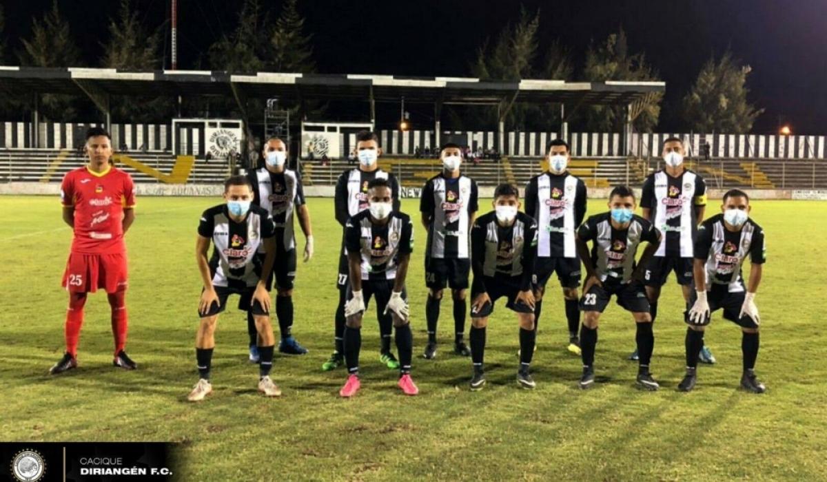 Никарагуагийн хөлбөмбөгийн баг талбай дээр бээлий амны хаалттай тоглов