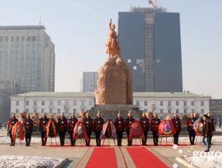Өнөөдөр Д.Сүхбаатарын мэндэлсэн өдрийг тохиолдуулж Д.Сүхбаатарын хөшөөнд цэцэг өргөнө