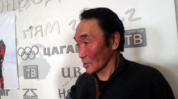 Эверестийн ноён оргил Жомолунгмад 74 настай Монгол уулчин авирна